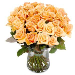 Bukett med aprikosfärgade rosor.
