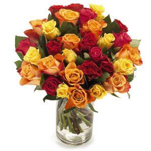 En mycket stor bukett full med vackra rosor i blandade färger (rött-gult-orange).