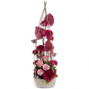 En hög, mycket vacker plantering med säsongens blommor i rosa och magenta toner. En skapelse som utstrålar mycket kärlek!