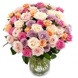 Stor bukett med vackra, pastellfärgade rosor.