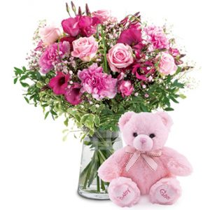 En bukett med säsongens blommor, i rosa toner, tillsammans med en rosa nalle. Buketten finns i tre olika storlekar.
