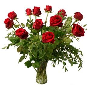 Bukett med tolv eleganta röda rosor. Vas ingår ej. Blommorna ingår i Interfloras utbud av blombuketter som kan skickas med blomsterbud till Belgien.