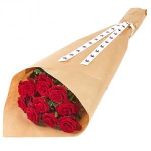 En bukett med röda rosor, inslagna i passande papper.