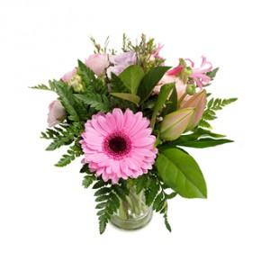 Blombukett i rosa toner. Gerbera, rosor och liljor tillsammans med grönt. Finns i tre storlekar.