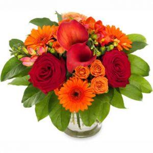Bukett med blandade blommor i varma höstfärger.