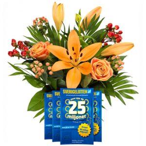 Fin bukett med blandade blommor i varma orange och röda toner tillsammans med fyra stycken Sverigelotter.