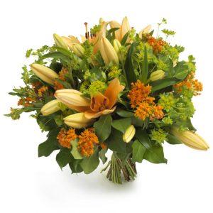 Bukett med orange liljor och små orange och limegröna blommor.