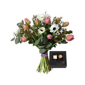 """Hos Interflora; """"Februari med choklad"""": en bukett med tulpaner, anemoner, vaxblomma och eukalyptus samt en ask med fyra praliner."""