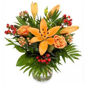 Bukett med bl a liljor och rosor. Orange-röd-grön bukett, från Eurolforist.