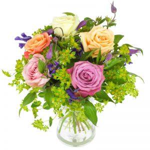 Rosbukett med rosa, gula och orange rosor, tillsammans med småblommigt blått och grönt.