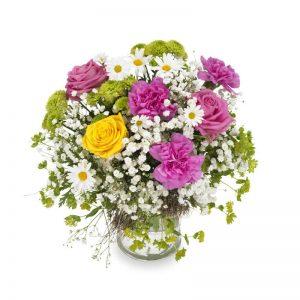 Rundbunden bukett med rosa, gula och vita blommor tillsammans med grönt.