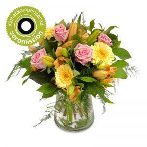 Bukett med bl a rosa rosor, orange liljor och gula gerberas, tillsammans med gröna blad.