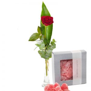 En röd ros +en ask med röda geléhjärtan. Finns hos Euroflorist.