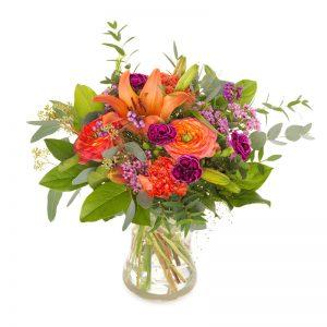 Bukett med blandade blommor i mixade färger; lila, orange, röd, lila. Finns hos Euroflorist.