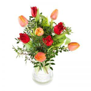 Blombukett med tulpaner i orange resp. rött tillsammans med gröna blad. Finns att beställa som blombud hos Euroflorist, en väletablerad blomsterförmedlare på nätet med lång erfarenhet av blomsterförmedling.