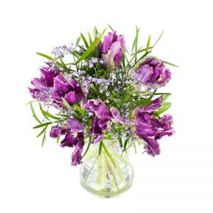 Bukett med djuplila tulpaner, rosa brudslöja och grönt. Finns att beställa som blombud hos Euroflorist, en väletablerad blomsterförmedlare på nätet med lång erfarenhet av blomsterförmedling.