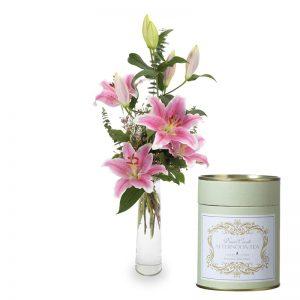 Bukett med rosa Stargizerlijor samt ett doftljus. Finns hos Euroflorist.