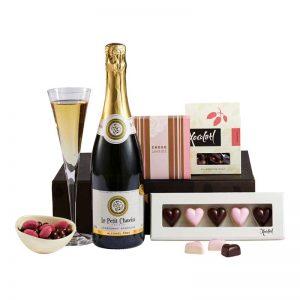 Lyxförpackning med 1 flaska franskt mousserande alkoholfritt vin, chokladhjärtan (från Xotolatl)nougat, kolor, lakrits med choklad- och hallonsmak och chokladdoppade nötter. Finns hos Euroflorist.