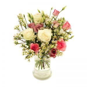 Blombukett med rosa och vita rosor, grönt och småblommigt vitt. Skicka dem med ett bud från Euroflorist och överraska en vän!