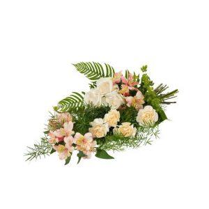 """Sorgbuketten """"Omtanke"""" från Interflora, med blommor i creme och aprikos. Buketten betår av nejlikor, rosor, alstromeria tillsammans med gröna blad."""