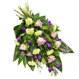 Sorgbukett med rosor, prärieklocka, nejlikor och gröna blad. Buketten finns att beställa online hos Euroflorist.