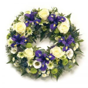Begravningskrans med rosor, iris, krysantemum. Finns att beställa online hos Euroflorist.