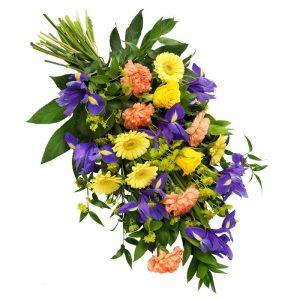 Färgstark sorgbukett med nejlikor, iris, rosor, germini och gröna blad. Finns att beställa hos Euroflorist.
