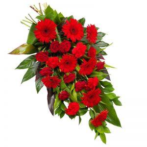 En vacker sorgbukett med rosor i rött; rosor, gerbera, nejlikor tillsammans med gröna blad. Skicka blommorna med ett blomsterbud från Euroflorist - beställ enkelt online.