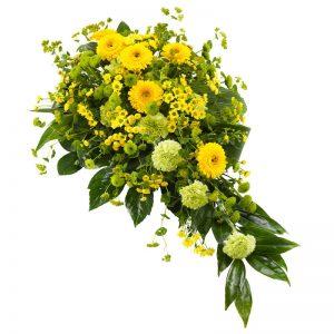 Sorgdekoration med blandade blommor i gult, t ex germini, santini, nejlika och gröna blad. Skicka dekorationen med bud från Euroflorist direkt till aktuell begravning - beställ enkelt online.