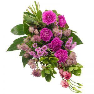 Begravningsbukett med blommor i lila; nejlika, santini, prärieklocka och dekorativa gröna blad. Blommorna ingår i Euroflorists utbud av sorgbuketteer.