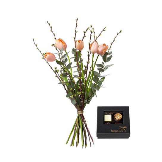 Bukett med franska tulpaner, körsbärskvistar och eucalyptus. Blommorna finns hos Interflora.
