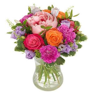 Blombukett med rosor, pioner m m i glada, häriga färger. Superfin! Finns att beställa hos Euroflorist.
