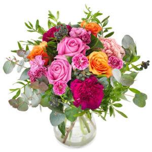 Bukett med blandade blommor i rött, rosa, orange. Ur Euroflorists höstsortiment.