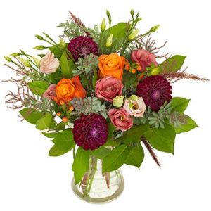 Höstbukett från Euroflorist, med dahlia, rosor m m i ila, rosa, orange, grönt. Ett arrangemang från Euroflorist.