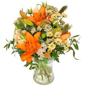 Bukett med orange lijor o. småblommigt vitt. Från Euroflorist.