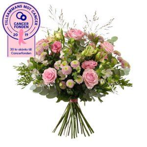Stor bukett med rosor, prärieklocka, krysantemum, alstroemeria, eukalyptus och gröna blad. Rosa blommor. Ur Interfloras Rosa Bandet-sortiment.