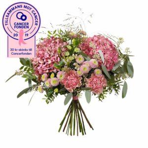 Bukett med blommor i rosa; nejlikor, krysantemum, alstroemeria, eukalyptus och gröna blad. Ur Interfloras Rosa Bandet-sortiment.