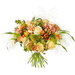 Exklusiv, rundbunden lyxbukett från Interflora, med rosor, nejlikor, alstroemeria, krysantemum och gröna blad.