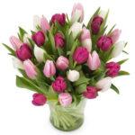 Lila, rosa och vita tulpaner i en härlig bukett. Ur Euroflorists sortiment.