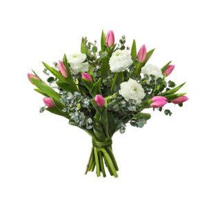 Vita ranunkler, rosa tulpaner och eucalyptus. Buketten finns att beställa som blombud hos Interflora.