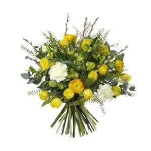 Påskbukett med tulpaner, alstroemeria, ranunkel, nejlikor och gröna dekorationsblad. Ett Interflora-arrangemang.