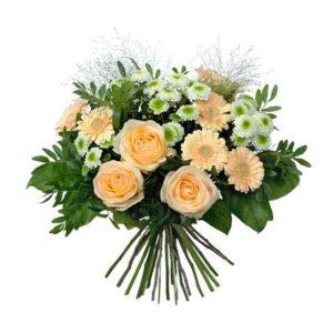 Vårbukett med blommor i aprikost och vitt. Urtjusig! Beställ buketten online hos Interflora, så skickar de blommorna med bud hem till mottagarens dörr.