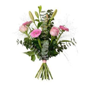 Bukett i rosa/grönt, med rosor, liljor, germini, eucalyptus och fontängräs. En bukett ur Interfloras sortiment.