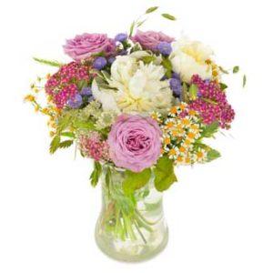 Sommarbukett med rosa rosor och sommarblommor i blandade färger. Finns att beställa som blombud hos Euroflorist.