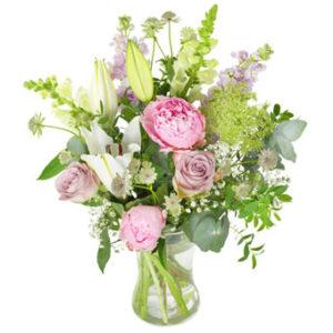 Rosor, liljor m m i rosa och vitt. En sommarbukett från Euroflorist.