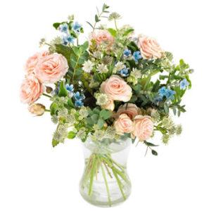 Sommarbukett med blandade blommor i rosa och blått. Superfin! Ett arrangemang från Euroflorist.