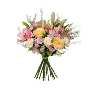 Blombukett med rosor, liljor, nejlikor, alstroemeria och grönt. Färgerna går i rosa, gult och vitt. Du hittar buketten hos Interflora.