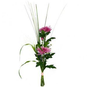Enkel nivåbukett, med två lila blommor i nivå tillsammans med gröna blad och dekorationspinnar eller strån. En bukett från Florister i Sverige.