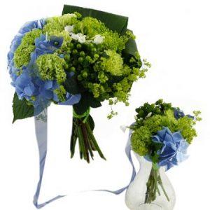 Familjebukett med blå och limefärgade blommor, blått band. Du hittar blommorna hos Florister i Sverige.