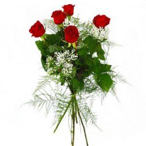 Bukett med fem röda rosor och vit brudslöja. Skicka rosorna med ett bud från Florister i Sverige!
